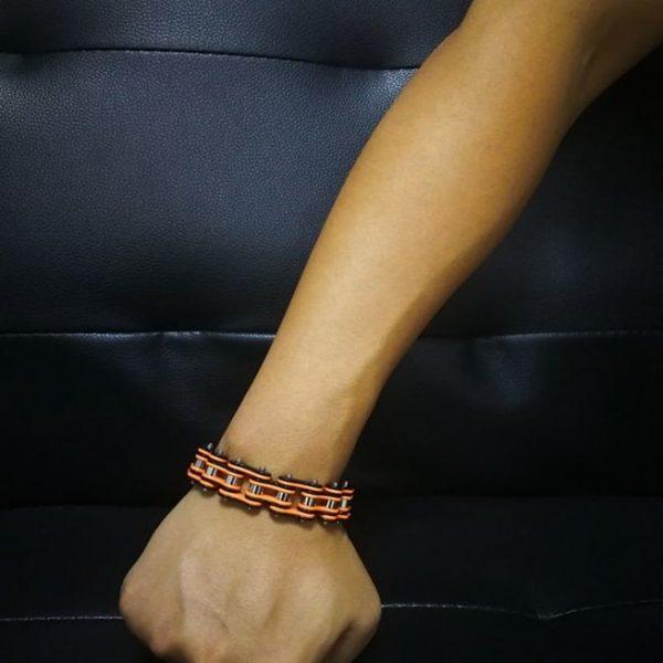 bracelet-chaine-de-moto-orange-au-poignet