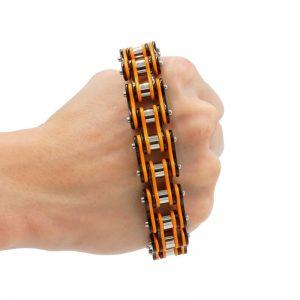 bracelet-chaine-de-moto-orange-dans-la-main