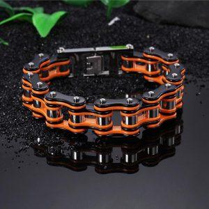 bracelet-chaine-de-moto-orange-sur-fond-noir