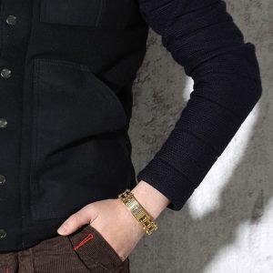 bracelet-homme-avec-croix-mis-au-poignet