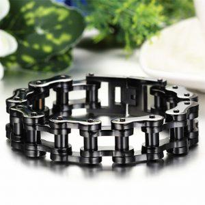 gros-bracelet-chaine-de-moto-noir-sur-fond-colore